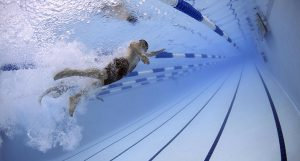 ¿Cómo limpiar el fondo de una piscina?