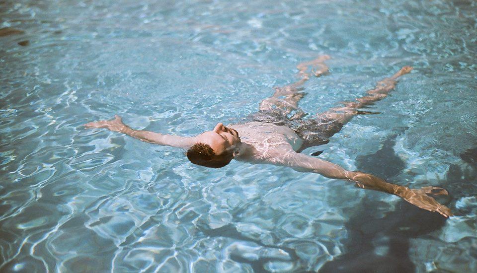 Cómo y cuándo añadir sal a la piscina de cloración salina