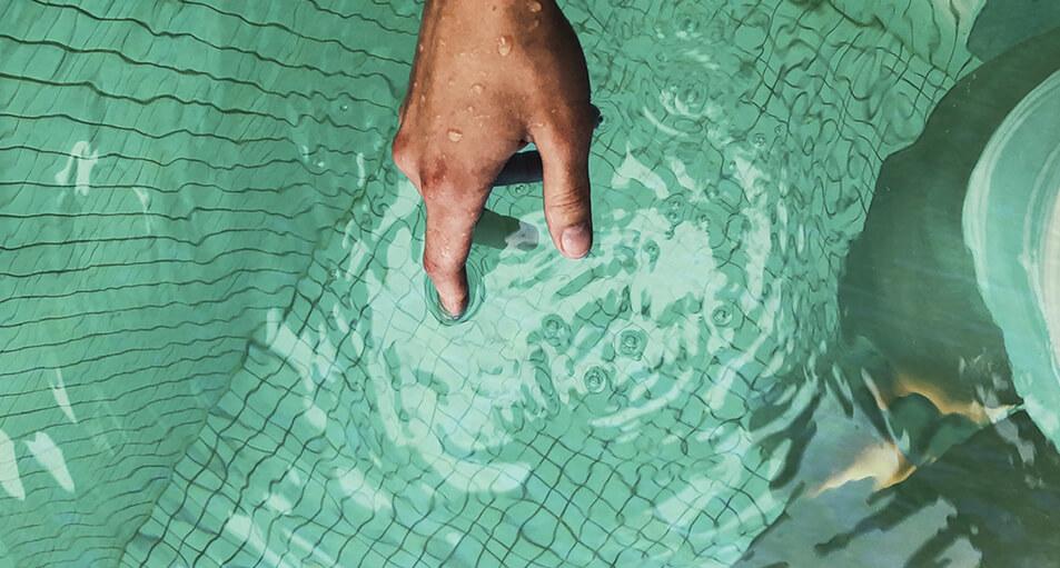 Acabar con las algas y el agua verde de tu piscina con la cloración salina
