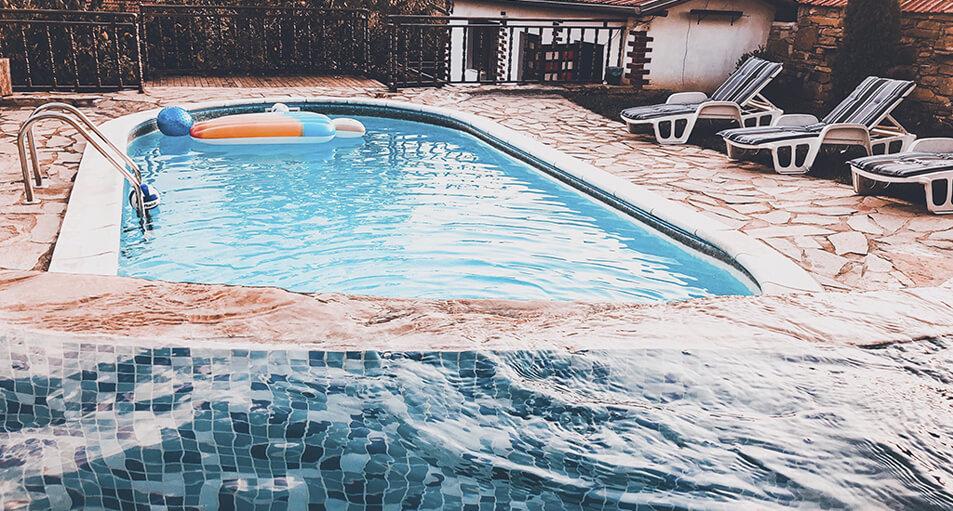 ¿Cómo localizar una fuga de agua en una piscina?