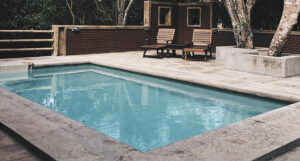 Modelos de piscinas para patios pequeños