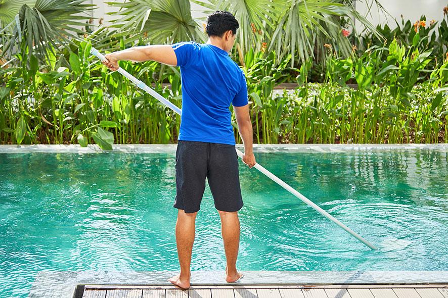 Limpieza del agua de las piscinas